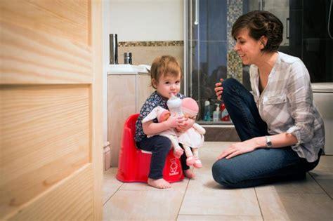 bebe qui fait pipi dans le pot la premi 232 re fois que b 233 b 233 fait pipi dans le petit pot proulx vie de famille