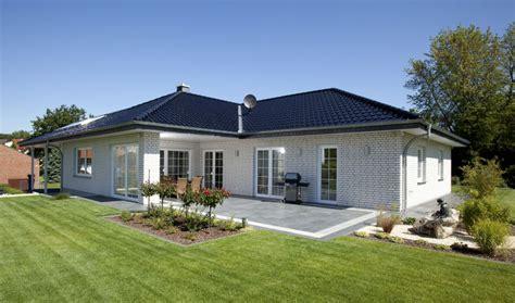 Moderner Bungalow Mit Garage by Bungalow Haus Mit Garage Walmdach Architektur Im