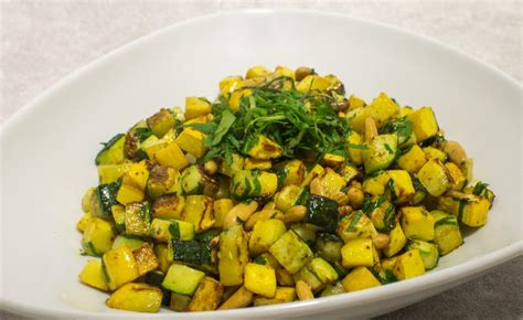 cuisiner des courgettes recette de poêlée de courgettes aux pignons par alain ducasse
