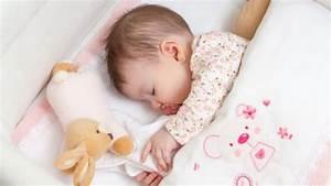Babybett Am Bett : wie schlafen babys ideal tipps f r einen ruhigen babyschlaf ~ Frokenaadalensverden.com Haus und Dekorationen