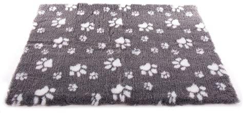 tapis petbed gris avec pattes sur mesure pour chien et chat toutou minou et compagnie