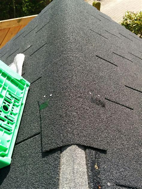 gartenhaus dachpappe schindeln verlegen das verlegen der bitumenschindeln spielhaus aus holz