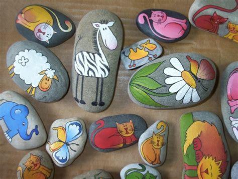 bemalte steine vorlagen mehrere originelle steine als dekoration f 252 r den garten