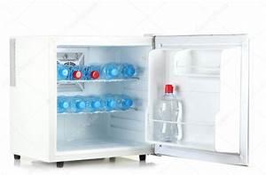 Prix D Un Frigo : mini frigo rempli d 39 eau en bouteille isol sur blanc ~ Dailycaller-alerts.com Idées de Décoration