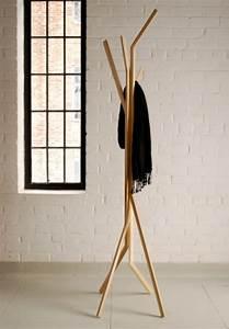 Design Kleiderständer Holz : kleiderst nder aus holz effektvolle modelle ~ Michelbontemps.com Haus und Dekorationen