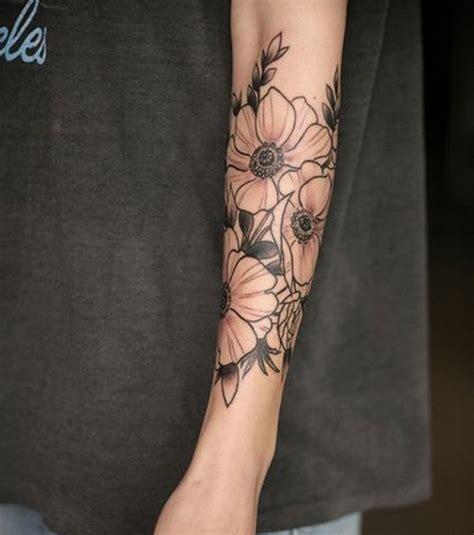 Photo  Un Joli Tatouage Floral Bicolore Sur L'avantbras