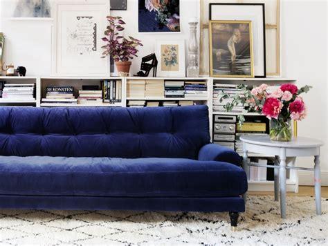 canapé velours bleu inspirations pour un canapé en velours joli place