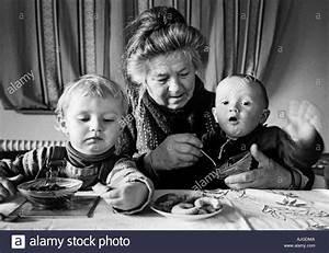 Mit Kindern Kochen : oma mit kindern kochen grossmutter mit enkelkindern beim kochen stockfoto bild 8417801 alamy ~ Eleganceandgraceweddings.com Haus und Dekorationen