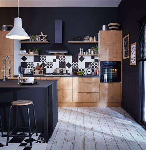cuisine noir et bois idee deco osez le noir sur un meuble un plafond un sol