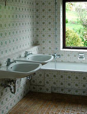 fliesenlack vorher nachher renovierungsbed 252 rftiges bad vor dem fliesen lackieren badewanne streichen jaegerlacke