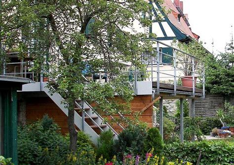 haus auf stelzen bauen terrassenbau am hang