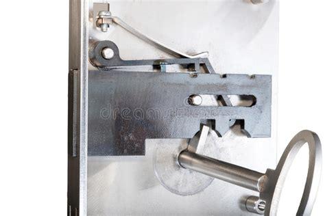 interieur d une serrure 192 l int 233 rieur d une serrure de porte t 233 moin avec la cl 233 image stock image 67568481