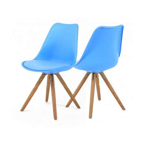 chaise bleue 2 chaises nordiques en plastique et bois bleues cross