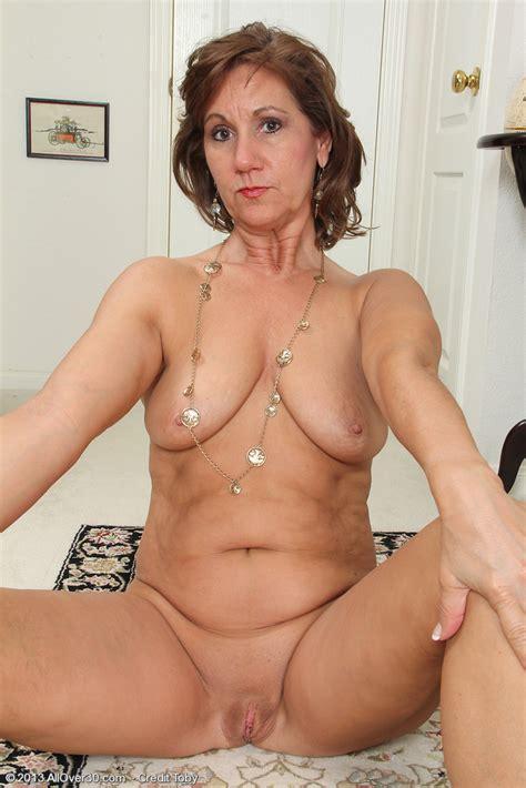 Mature Hottie Lynn Display Her Bewbiess Photos Lynn