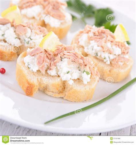 canapé au thon canape avec le thon et le fromage photo stock image