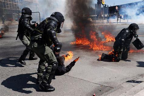 Studentu protests Grieķijā pāraug sadursmēs; apmētā ...
