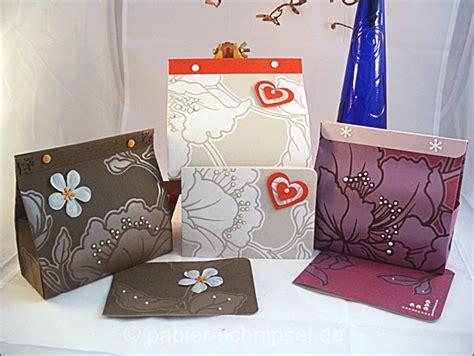 Basteln Mit Tapetenresten by Geschenktaschen Aus Tapete Die Farbigen Papierschnipsel