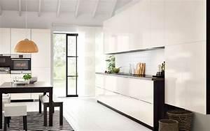 Moderne Küche Hochglanz Schwarz : eine moderne metod k che mit korpussen holzeffekt schwarz mit ringhult fronten hochglanz ~ Indierocktalk.com Haus und Dekorationen