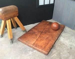 ancien tapis de gymnastique en cuir avec belle patine With tapis de gym avec lait pour canapé cuir