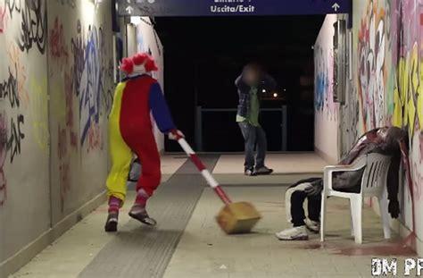 馗rire un livre de cuisine un clown psychopathe terrorise les passants pour rire