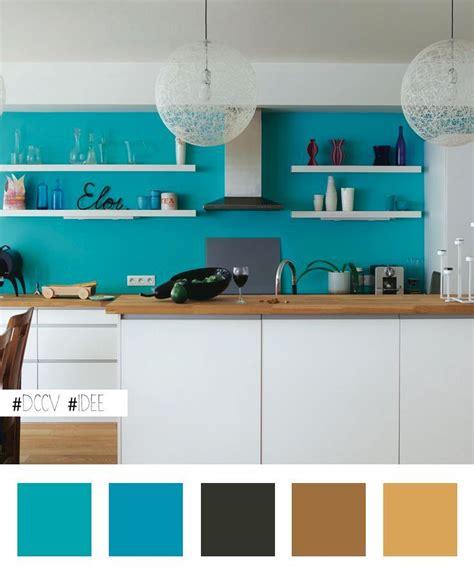 cuisine mur bleu idée maline égayer une cuisine blanche en peignant le mur