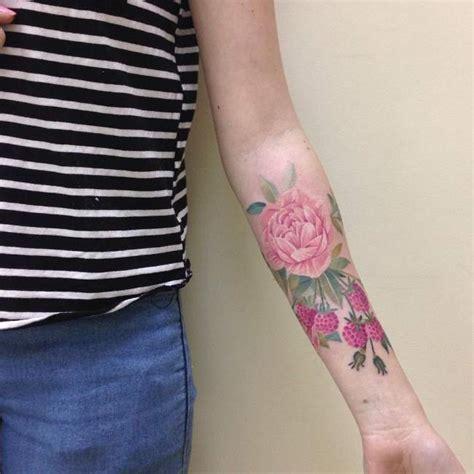 tatouage fleur bras femme modeles  exemples