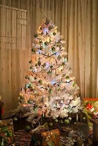 Geschmückte Weihnachtsbäume Christbaum Dekorieren : k nstliche weihnachtsb ume in wei schm cken festliche ideen ~ Markanthonyermac.com Haus und Dekorationen