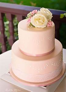 How to use stencils to perfecly decorate a fondant cake ...
