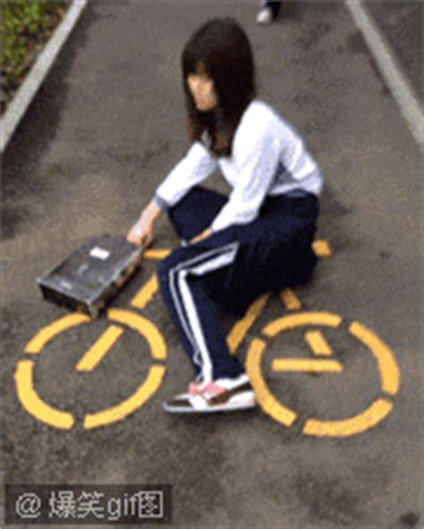 求一张,女生骑自行车的搞笑动态图片_百度知道