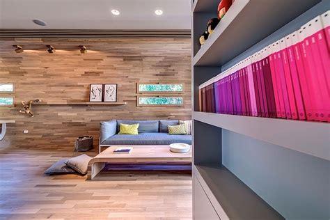 chaise d ecole appartement cosy tel aviv salon avec des murs couverts