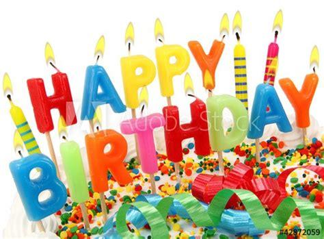 brennende happy birthday kerzen auf torte buy  stock