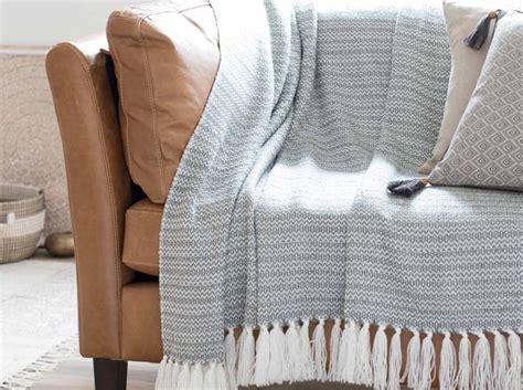 habiller un canapé leçon de déco relooker canapé sans le changer