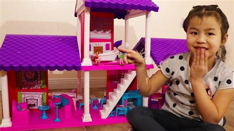 Jannie Gets A New Dollhouse Play Set! Playing & Assembling