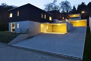 Moderne Häuser Preise : moderne h user bis zum nacht stockfoto bild von fu boden bodenbelag 24118536 ~ Markanthonyermac.com Haus und Dekorationen