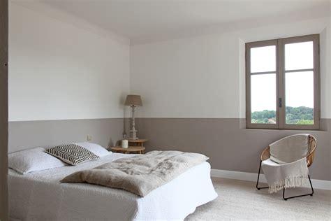 chambre couleur taupe et blanc de la peinture en soubassement deco