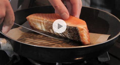comment cuisiner le poireau a la poele astuce cuisson pavé de saumon vidéo gourmand