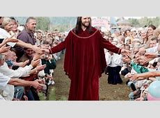Homem diz ser Jesus Cristo e arrasta multidões de fiéis na