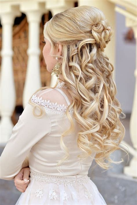blonde brautfrisur mit schoenen locken wedding