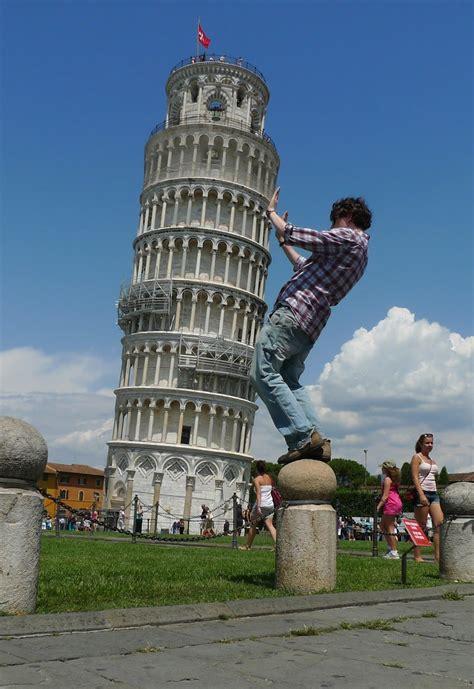 fotos divertidas sujetando la torre inclinada de pisa