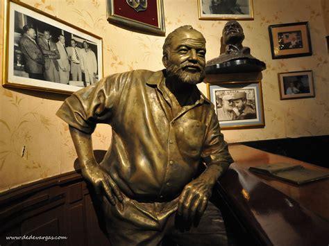 statue  ernest hemingway floridita bar  habana city