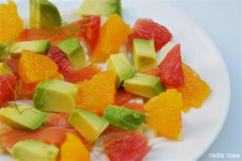 cuisiner des avocats salade de saumon fumé fenouil agrumes et avocat radis