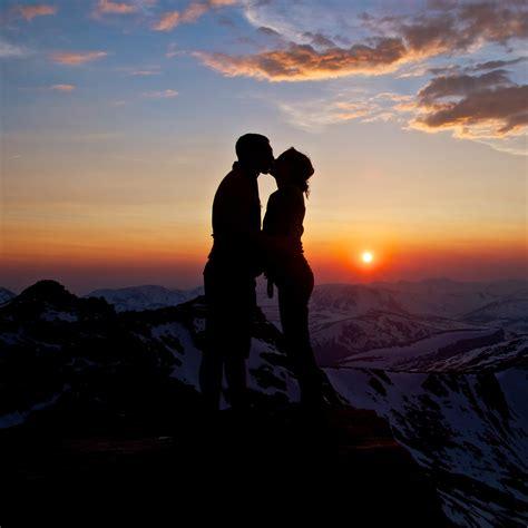 wallpaper couple romantic kiss sunset mountains