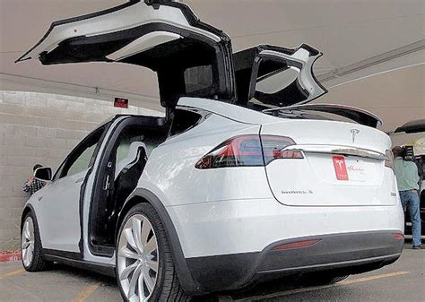 Cars With Wing Doors : Can Tesla Perfect Its Gull-wing Doors?
