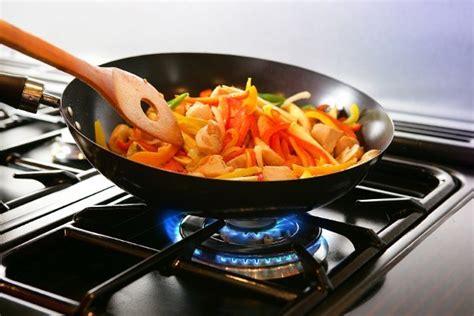 cook cuisine toxic alert 5 foods you should never heat or reheat