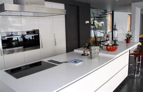 d馗o cuisine blanche cuisine moderne blanche avec portes de placards laquées