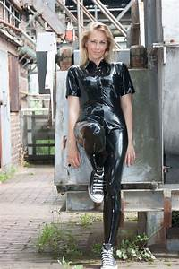 Verpackt In Latex : blonde in casual latex pants shirt and sneakers in public latex ~ Watch28wear.com Haus und Dekorationen