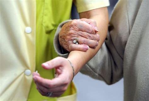 aide toilette personnes agees les gestes de la vie ordinaire formations adultes cfppa