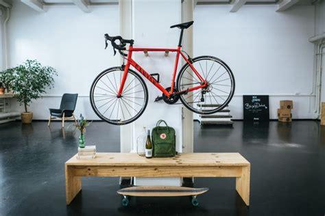 fahrrad wandhalterung holz henry fahrrad wandhalterung aus holz fahrradwandhalter selekkt