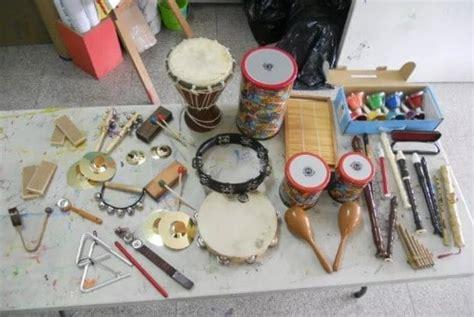 Tamborin merupakan alat musik yang terbuat dari lempengan logam yang dibentuk seperti lingkaran, lempengan ini ada dua dan cara memainkannya adalah dengan menggesekan atau membenturkan keduanya. Contoh mengenai alat musik ritmis