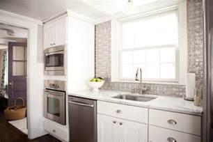 kitchens without backsplash un dosseret de cuisine tendance et moderne en métal design feria